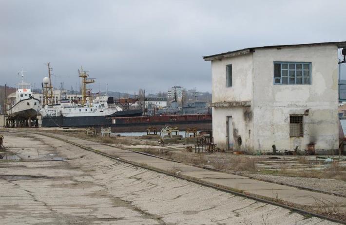 На территории судомеханического завода