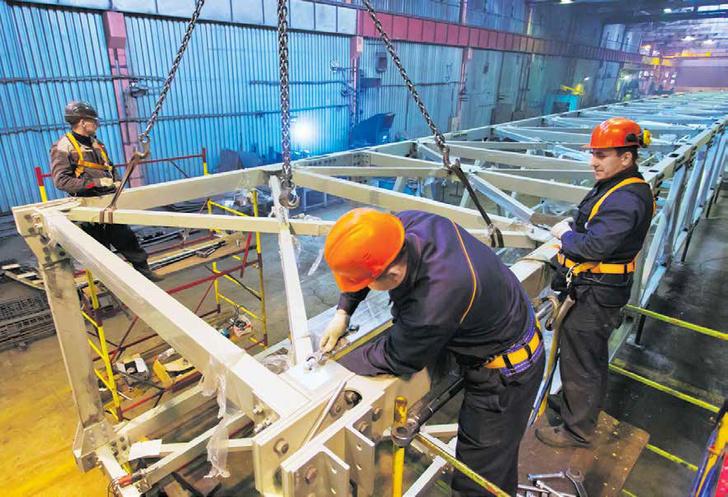 Рабочие КраМЗа в процессе изготовления алюминиевых мостов для Красноярска