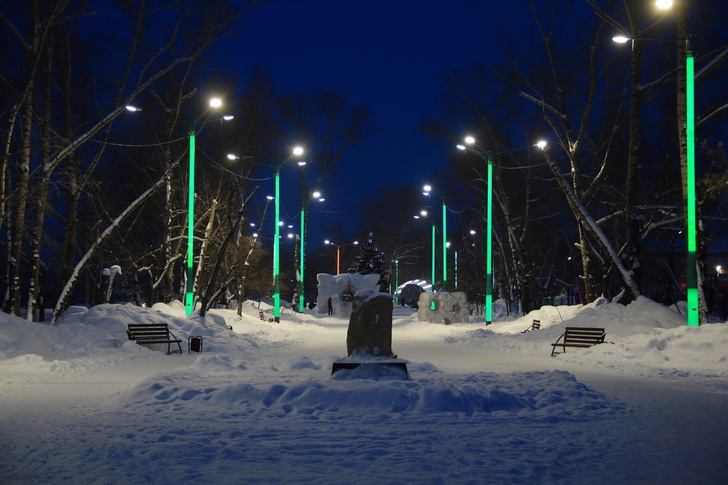 Светящиеся опоры на бульваре Вали Максимовой в Бийске