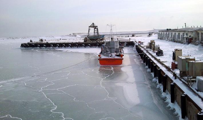 Замерзшие причалы завода зимой