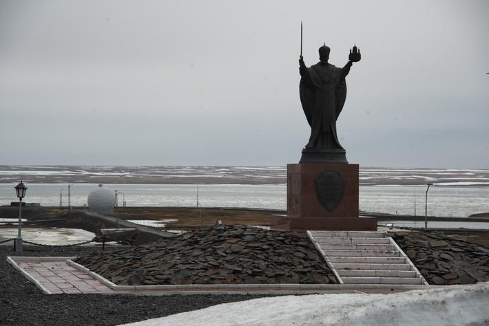 Николай Чудотворец и купол радара на заднем фоне