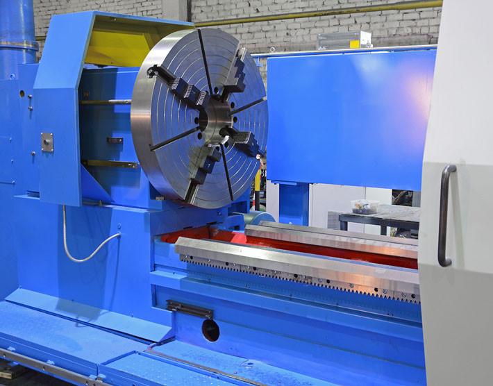 Передняя бабка с установленным четырехкулачковым токарным патроном диаметром 1000 мм