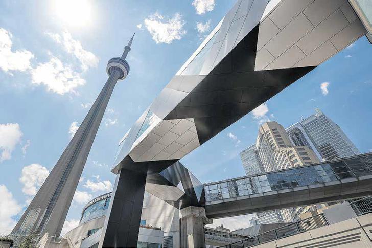 ЧЕРНО-БЕЛЫЙ МОСТ Торонто, Канада Пешеходный мост установлен в деловом районе столицы канадской провинции Онтарио, соединяет отель Delta и конференц-центр Metro, при этом образуя поворот в 120 градусов. Темные алюминиевые панели «обворачивают» мост по кругу подобно бинтам. Между ними расположены треугольные окна, сквозь которые солнечный свет графично освещает внутреннее пространство моста. Кроме того, из окон пешеходам открывается прекрасный вид на город.