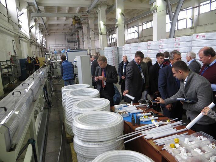 Опытное производство резидента ОЭЗ с автоматизированной экструзионной линией и выпускаемая здесь новая продукция вызвали живой интерес участников российско-германского семинара.