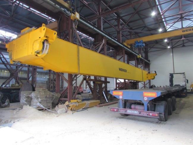 Отгрузка крана в цеху завода для транспортировки