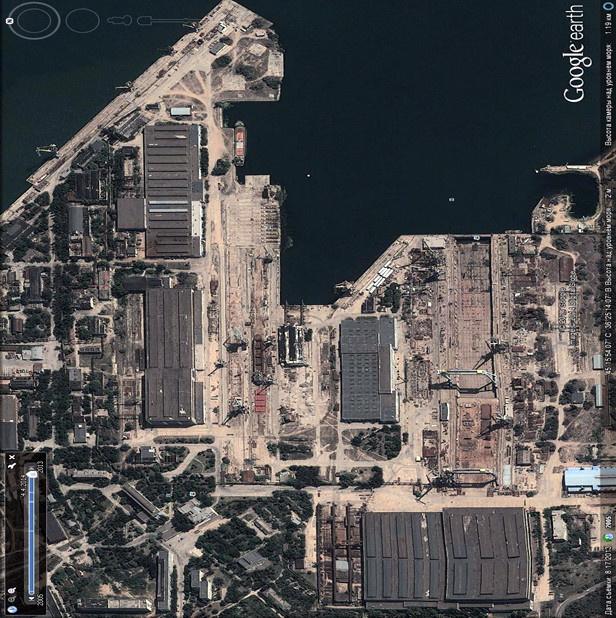 Судостроительный завод «Залив» из космоса на картах Гугл, видны два больших крана