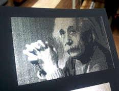 Портрет Эйнштейна сделанный серебряной фольгой на черной бумаге