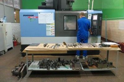 Станок в цехе на оптическом заводе