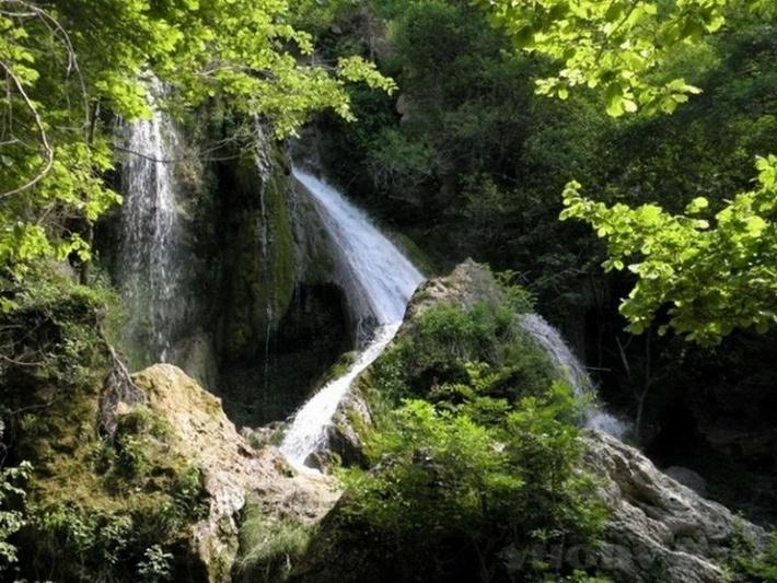 Недалеко от водопада была высечена монограмма Христа.