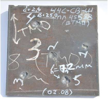 образец стали 44С-св-Ш толщиной 25 мм после успешных испытаний бронебойной пулей Б32 калибра 12,7 мм