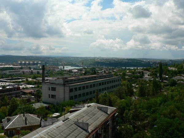 Вид на Севастопольский завод «Парус» в сторону бухты