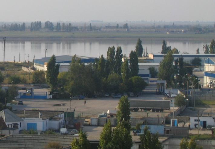 Справа край корпусов бромного завода
