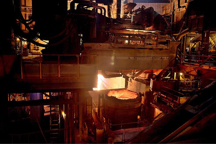 Подвод ковша под эркерное отверстие для выпуска стали