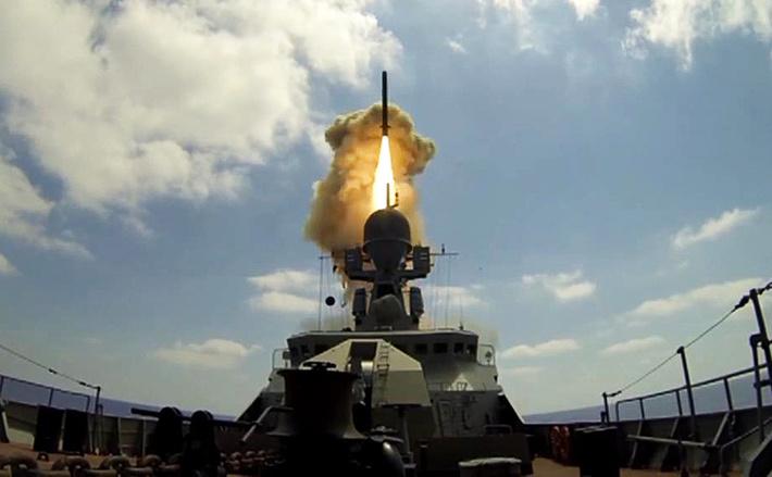 Пуск крылатых ракет «Калибр» (Фото: Минобороны РФ / ТАСС)
