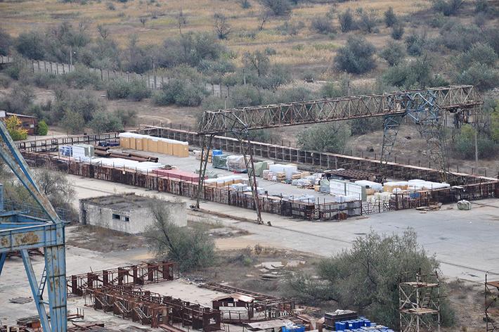 Склад конструкций и материалов сзади за корпусами завода «Залив»