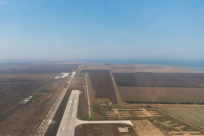 Впереди комплекс НИТКА морской авиации, он связан с ВПП1, а справа широкая ВПП2