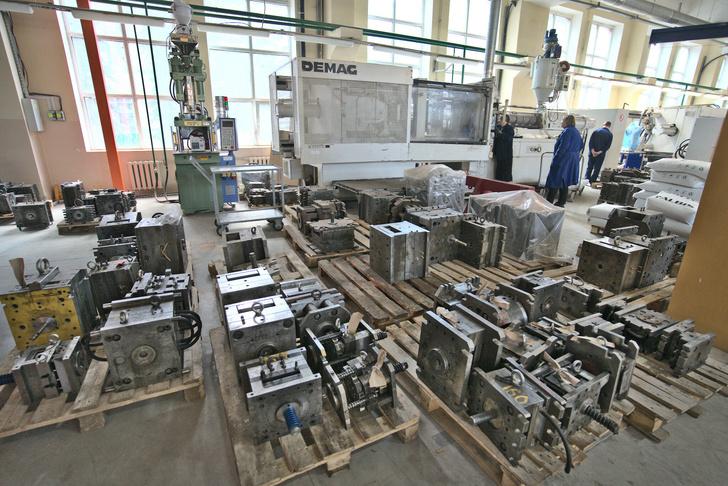 Один из литьевых автоматов для производства корпусов