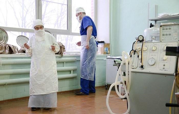Популярный паблик «Фотошкола: объективно о главном» в «ВКонтакте» рассказал о 89-летнем хирурге Рязани Алле Левушкиной. В посте выложили несколько фотографий врача, сделанных в 11-ой больнице. «Сильные фото! 89-летний хирург Алла Ильинична Левушкина. Она успешно работает в рязанской клинике, выполняет по четыре операции каждый день. И за все 67 лет её работы и более 10000 операций не погиб ни один пациент», — написали в сообщении. Подробнее на RZN.info: https://www.rzn.info/news/2017/2/4/populyarnyy-fotopablik-rasskazal-o-89-letnem-hirurge-ryazani.html