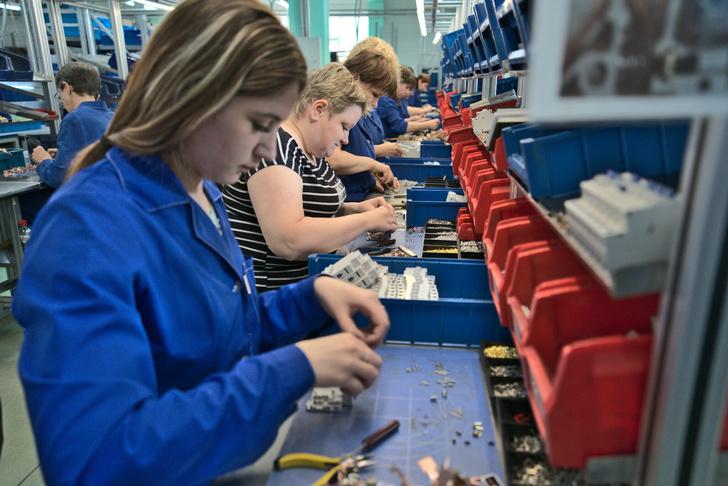 На сборке работают в основном женщины