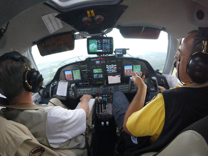 Лётчик-космонавт Валерий Токарев и Сергей Алафинов пилотируют LA-8. Перелет на Байкал, 2016 г.