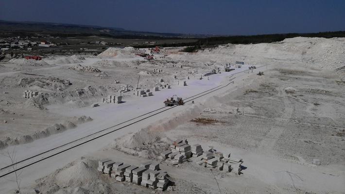 Техника ведет разработку карьера блочного камня на альминском заводе