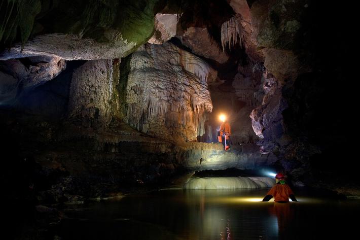 В пещере находится один из самых больших сталактитов в Европе.