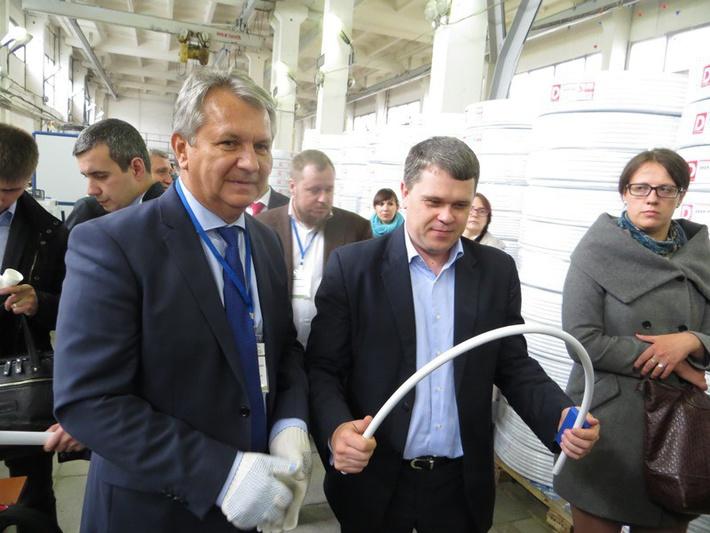 Первый заместитель генерального директора управляющей компании ОЭЗ «Дубна» Алексей Марин (справа) наглядно убедился в легкости, гибкости и памяти формы труб нового поколения.
