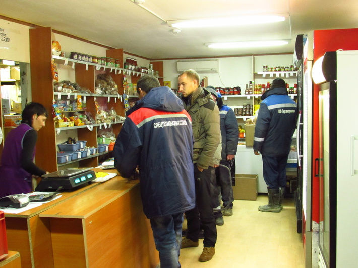 Магазин на Техкомплексе. мужики с утра покупают курево