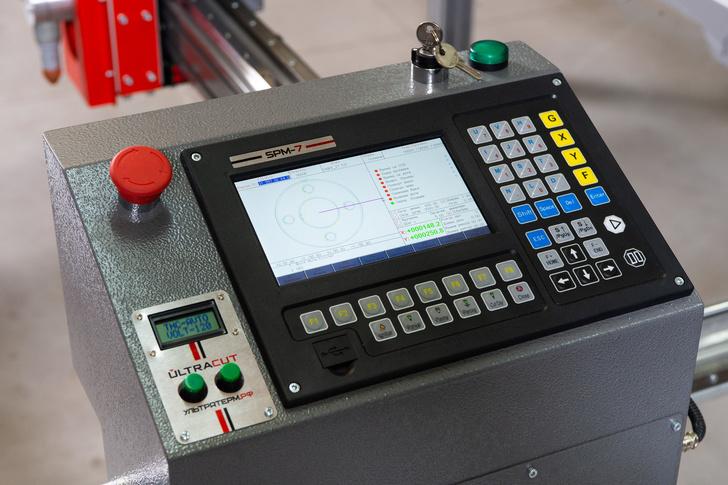 Промышленный контроллер SPM-7 установлен на портале для удобства оператора. Имеет большую встроенную библиотеку деталей, что позволяет производить быструю резку изделий