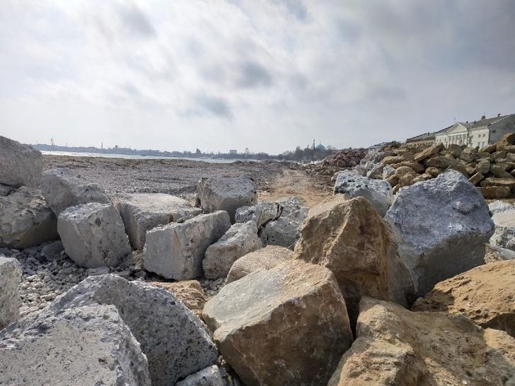 Ранее море доходило до груды камней в правой половине фотографии. Теперь это галечный пляж!