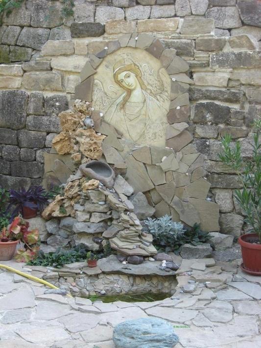 В монастырь подается вода из целебного источника Трех Святых.