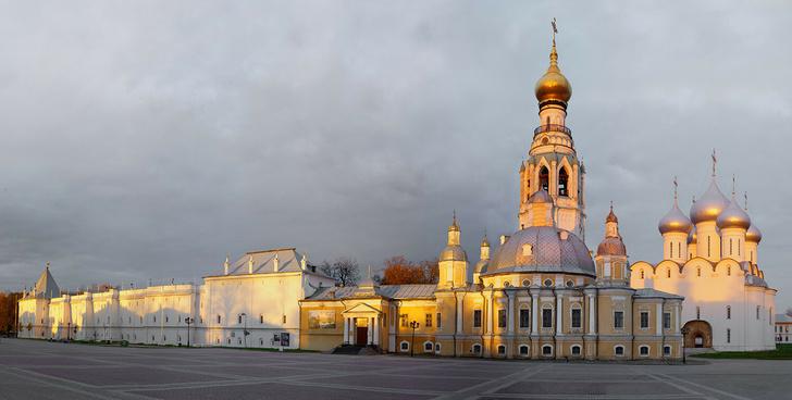 2012 год. Вологда. Кремлевская площадь. Слева - восточная стена Вологодского Кремля. По центру - Воскресенский собор 1772—1776 года постройки, за ним - колокольня Софийского собора, 1659 года постройки. Справа - Софийский собор, построен в 1568—1570 годах.