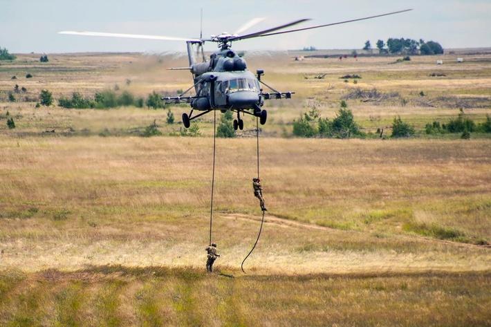 Высадка десанта с вертолета Ми-8АМТШ во время Всеармейского этапа конкурса «Авиадартс» АРМИ-2017
