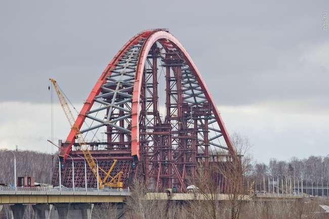В Новосибирске завершили надвижку арки третьего моста через Обь