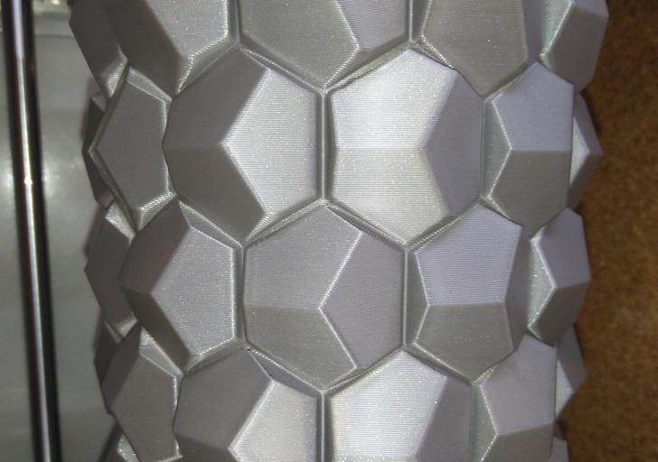 Печать многогранной вазы в одну стенку. Максимальная высота слоя 0.3 мм., скорость печати периметра 100мм/сек. Диаметр изделия - 13 см.
