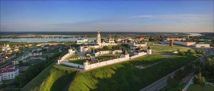 Город расположен в месте впадения реки Тобол в Иртыш.