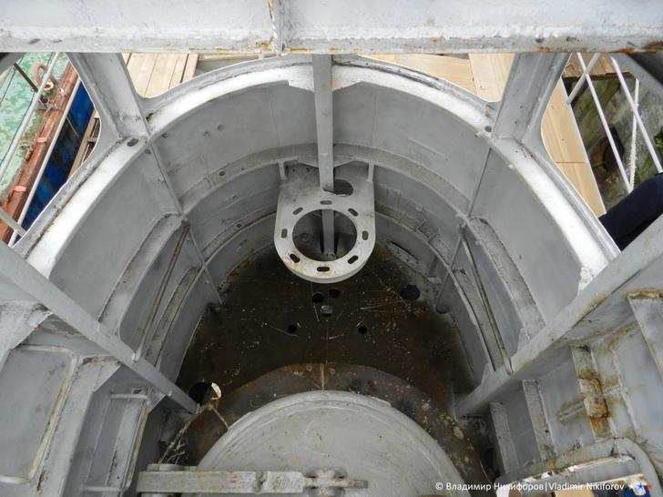 Внутри рубки вход в прочный корпус подводной лодки. Так же ранее стояло оборудование для управления аппаратом в надводном положении. Под водой рубка затапливается. Фото из архива В.Никифорова