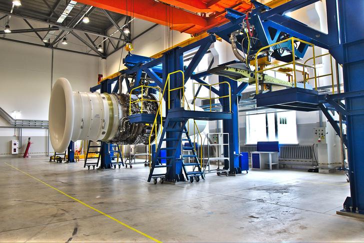 Двигатель ПС-90СН взале подготовки испытаний. Двигатели собозначениемСН испытываются 2 раза. После первого испытания его полностью разбирают назаводе, проверяют, собирают иснова отправляют наиспытания, итолько после этого передают заказчику. Угадайте, кто заказчик двигателей собозначением СН ©Роман Ковригин/Сделано унас