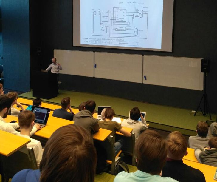 Станислав Жельнио проводит лекцию в Университете Иннополис