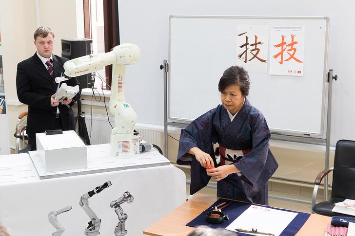 на презентации центра робот соревновался в мастерстве с каллиграфом из Японии