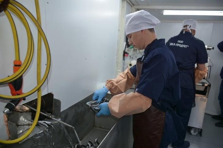 На севастопольском рыболовецком судне установили линию по фасовке готовой продукции