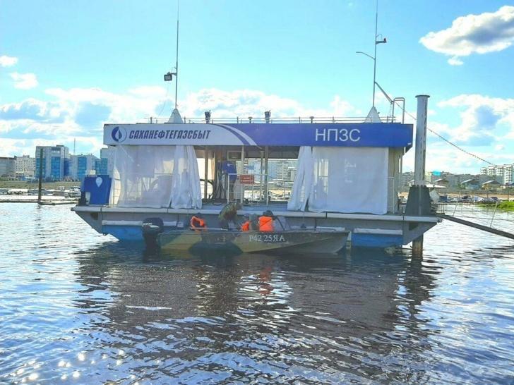 В Якутске заработала первая плавучая заправка