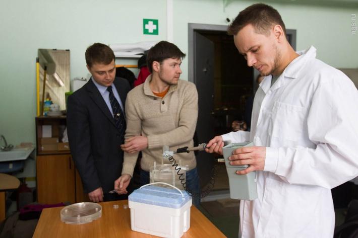 В 2007 году руководитель проекта Сергей Таскаев в интервью НГС.НОВОСТИ обещал, что клинические испытания должны начаться примерно в 2010 году. Александр Макаров (на фото справа) объясняет — тогда физики получили первый миллион нейтронов и думали, что в ближайшее время получат нужный поток в миллиард штук в секунду, но это оказалось сложным делом. Теперь они уверены, что могут перейти к экспериментам с настоящими пациентами. «Положить клетки под пучок нейтронов просто. А чтобы положить человека… Это определенная процедура, во-первых, бюрократическая. Нельзя просто взять человека и начать чем-то облучать», — говорит физик.