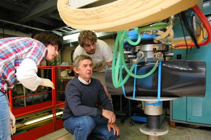 В марте команда Института ядерной физики СО РАН и ученые японского Университета Цукуба впервые в мире поставили эксперимент по облучению искусственно созданных клеток глиомы головного мозга человека на уникальном ускорителе «Тандем-БНЗТ», который придумали и построили физики ИЯФ. Исследованиями в области бор-нейтронозахватной терапии (БНЗТ), способной вылечить безнадежные раковые опухоли, Институт занимается более 15 лет, но только в 2014 году была создана специальная лаборатория, которую возглавил ведущий научный сотрудник ИЯФ Сергей Таскаев. Изучением БНЗТ занимаются в Финляндии, Аргентине, Японии и т.д., но ускоритель ИЯФа — пока единственный в мире, способный генерировать миллиард нейтронов в секунду — столько нужно, чтобы уничтожить опухоль, говорят в институте.