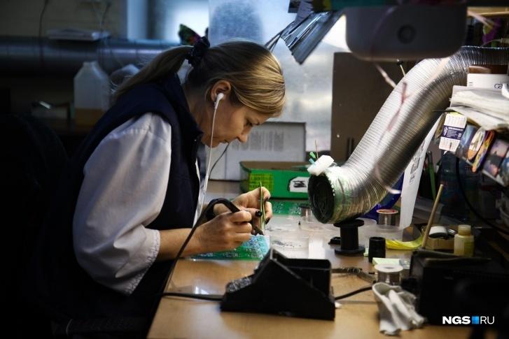 Помимо термометров «Рэлсиб» производит сотни современных приборов, в том числе и те, что используются в медицине (например, температурные датчики, которые контролируют условия при перевозке вакцин) и в промышленности