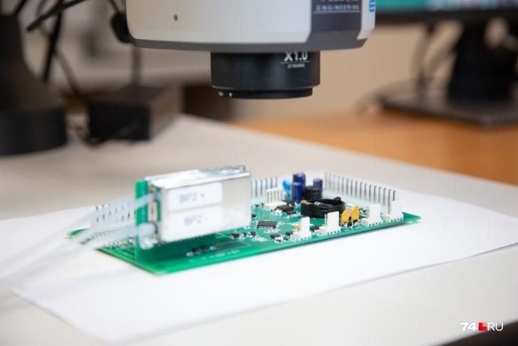 С микроскопа увеличенное изображение платы поступает на экран компьютера...