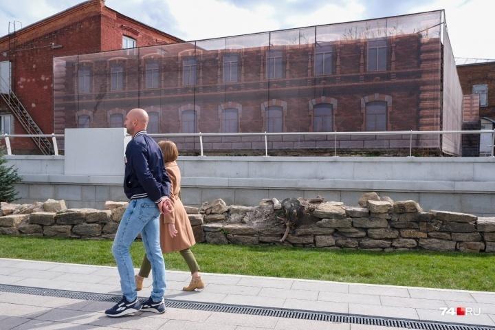 Но, кажется, к исторической составляющей нашего города стали относиться с уважением: на этом участке набережной сохранили остатки исторической подпорной стенки, которую археологи относят к XVIII–XIX веку