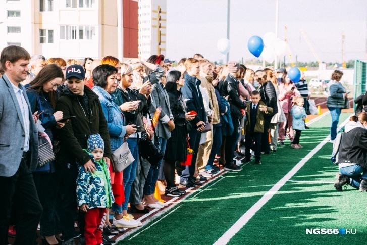 Из-за количества родителей их попросили отойти с футбольного поля на дорожку