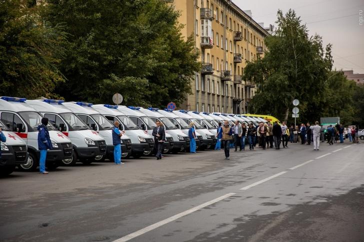 Автопарк новосибирских больниц увеличился на 25 машин «скорой помощи» (фото)