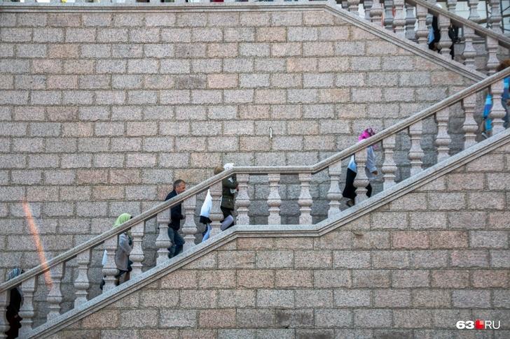 На пути ко входу в храм надо преодолеть несколько десятков ступеней